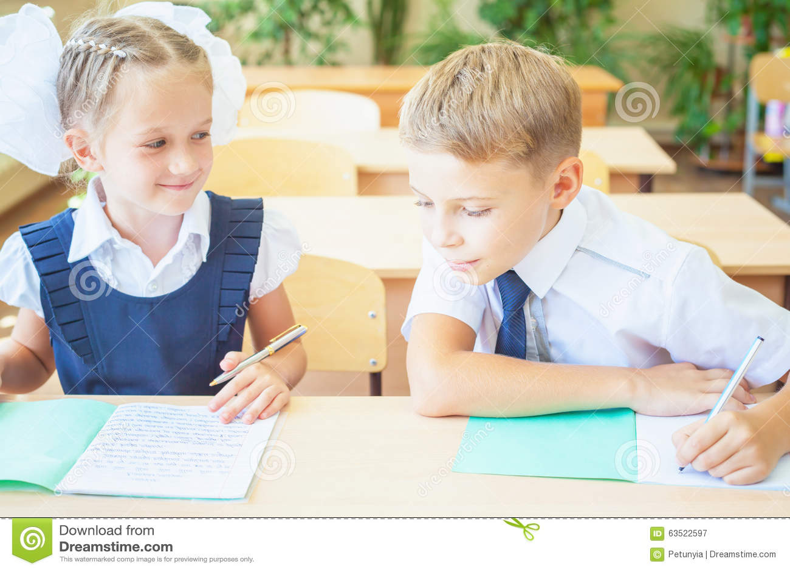 Studenten of klasgenoten in de zitting van het schoolklaslokaal samen bij bureau