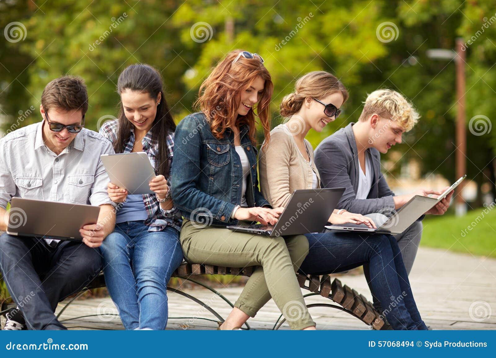 Studenten of tieners met laptop computers