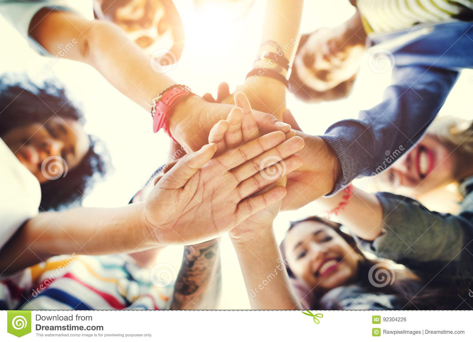 Studentengroepswerk die Handconcept stapelen