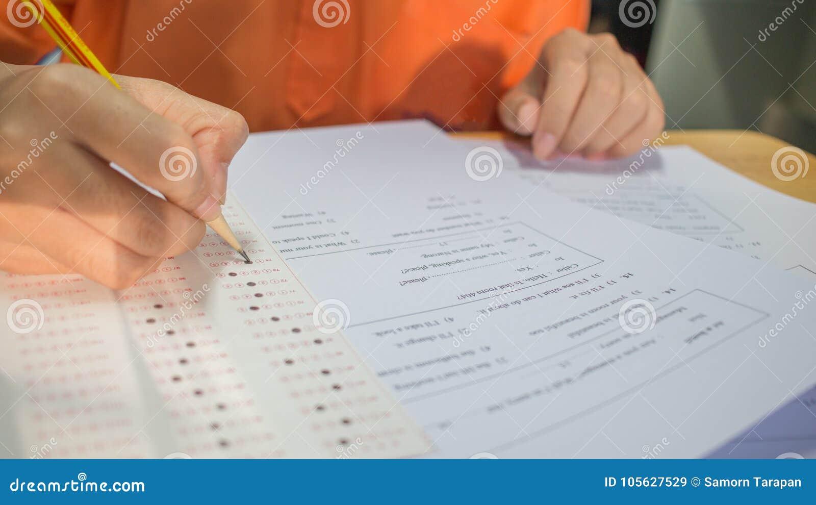 Studentenhanden die examens nemen, schrijvend onderzoeksruimte met holdi