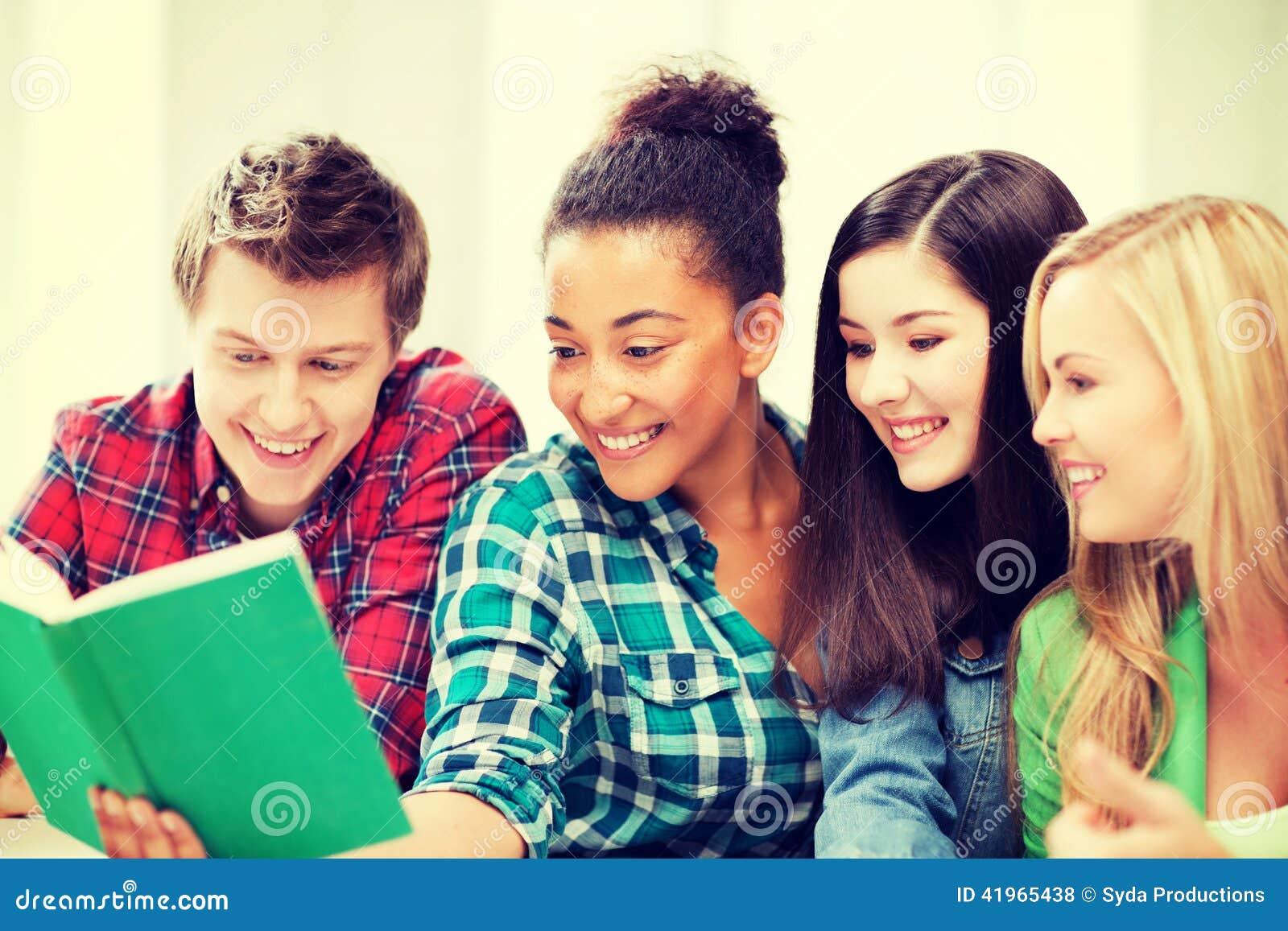 Studentenlesebuch an der Schule