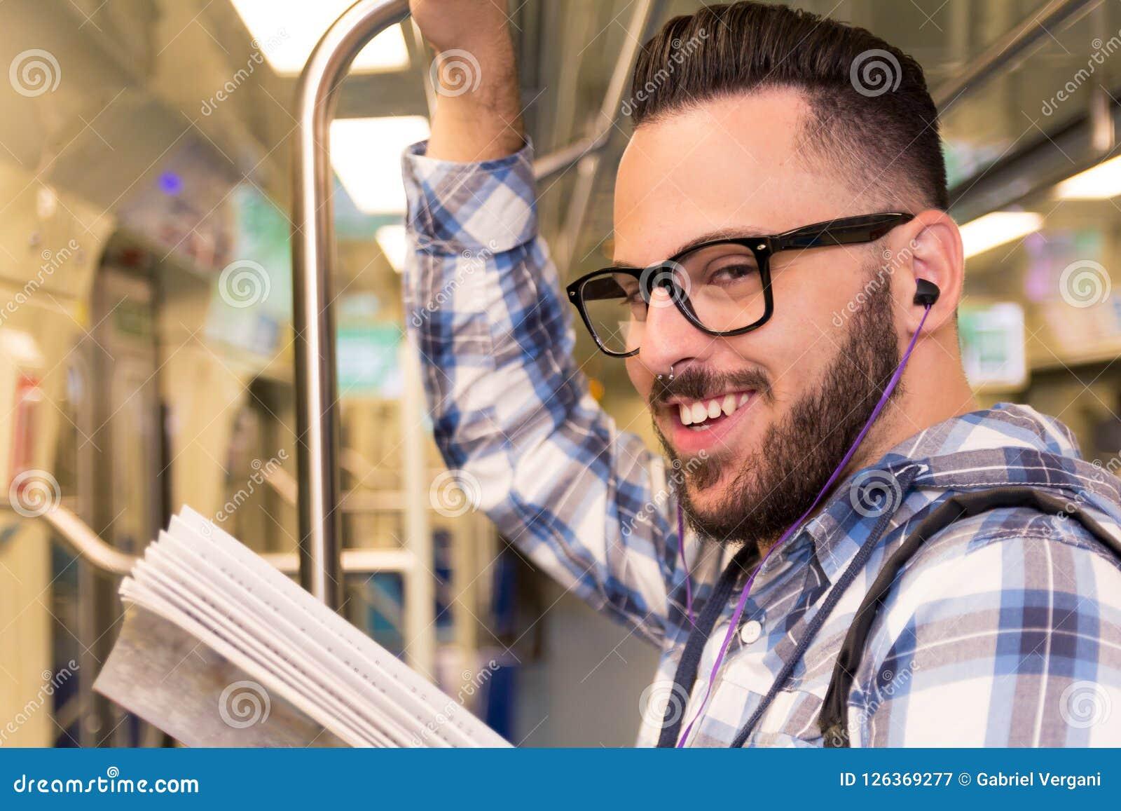 Studentenreiziger die met glazen boek lezen terwijl het berijden aan schoo