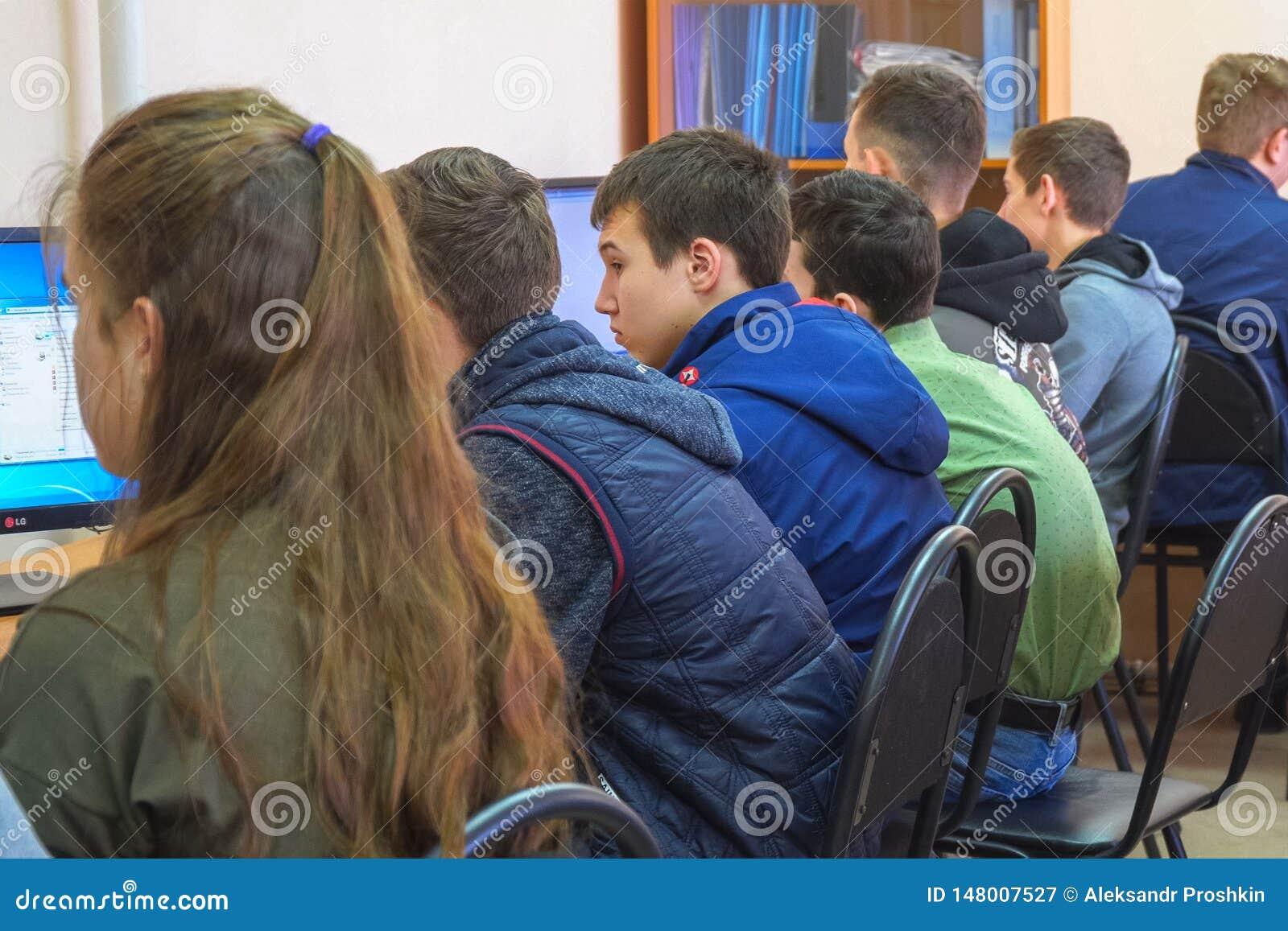 Studenter i en datorgrupp Studenter framme av datorer i en datorgrupp