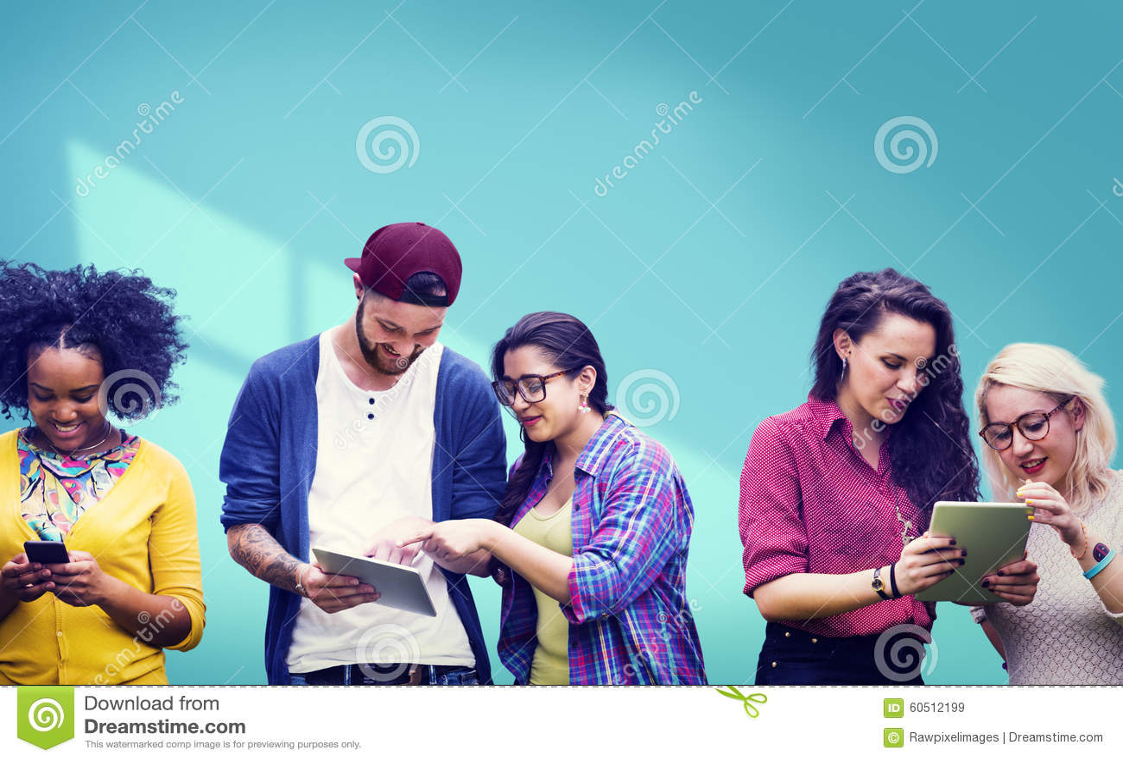 Studenter som lär gladlynt socialt massmedia för utbildning