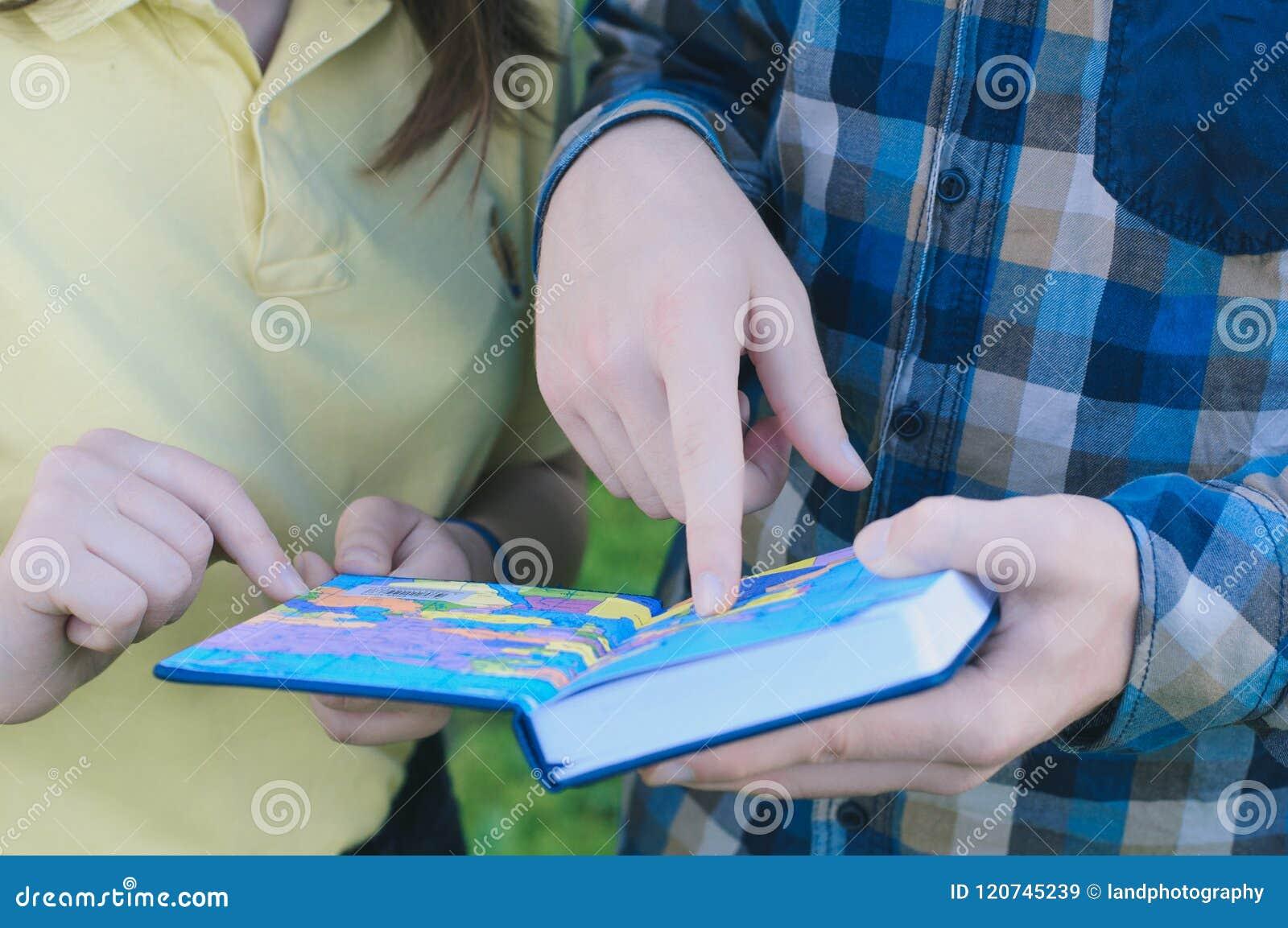 Studenter som studerar för att passera en examen Klasskompisar som läser en bok