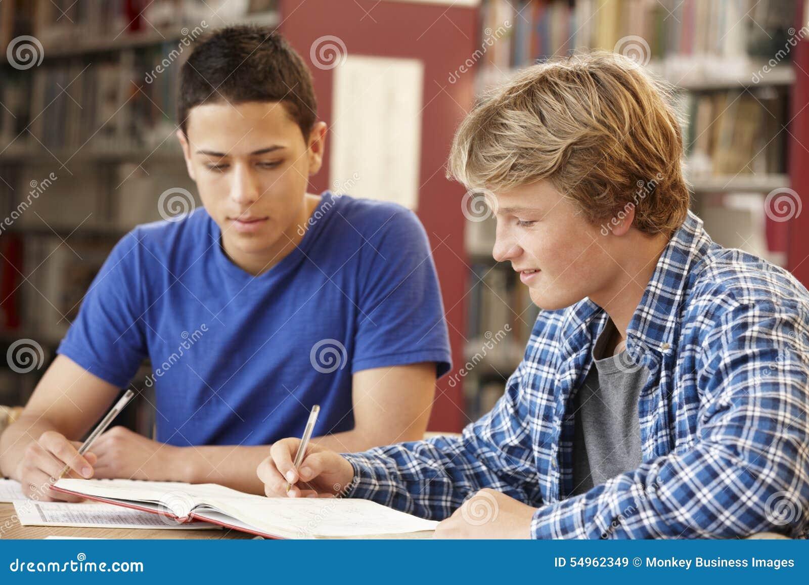 2 studenter som tillsammans arbetar i arkiv