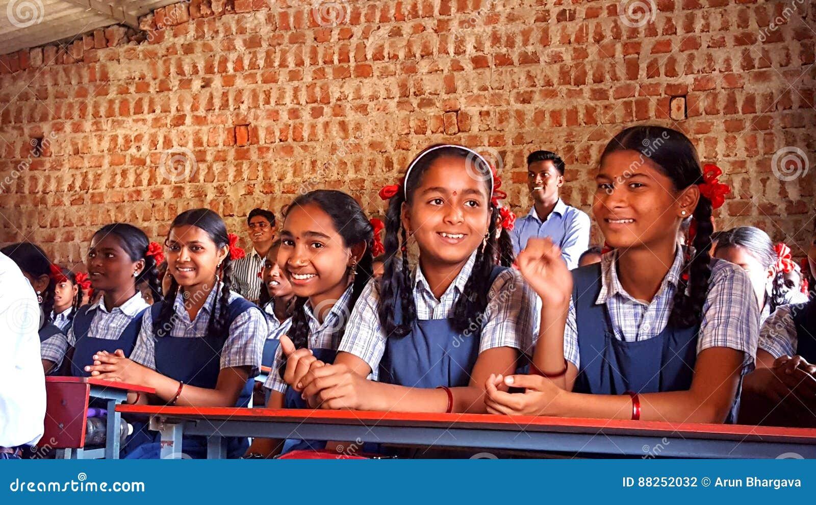 Studentesse tribali in una scuola in India
