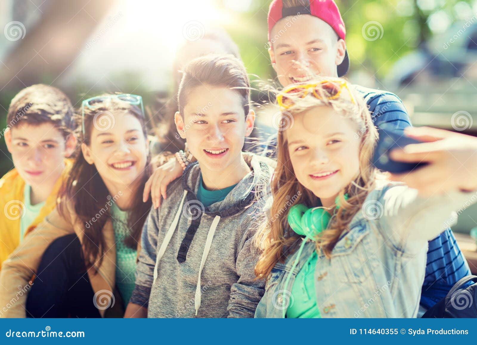Studenti adolescenti felici che prendono selfie dallo smartphone