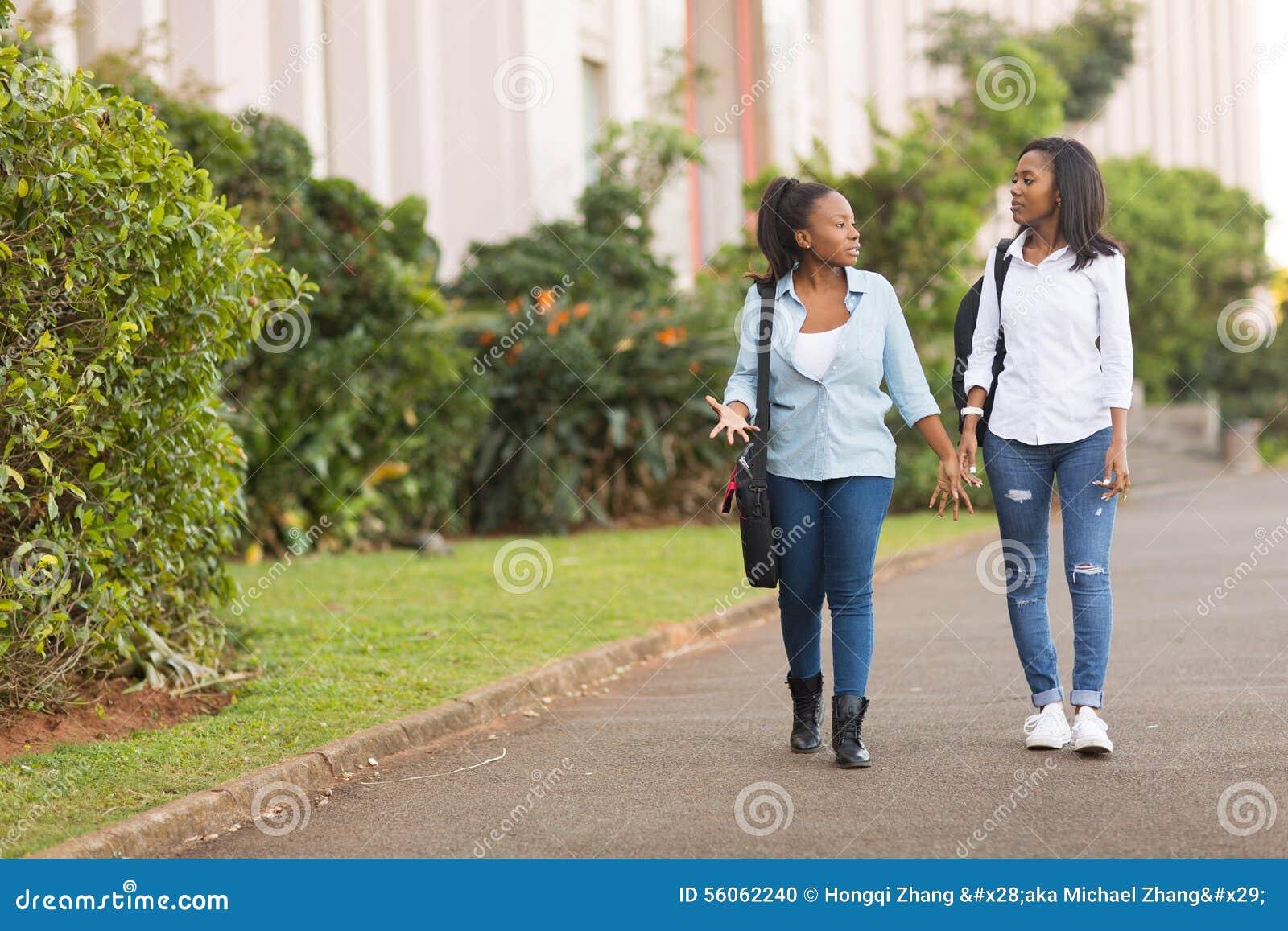 Studenti che camminano insieme