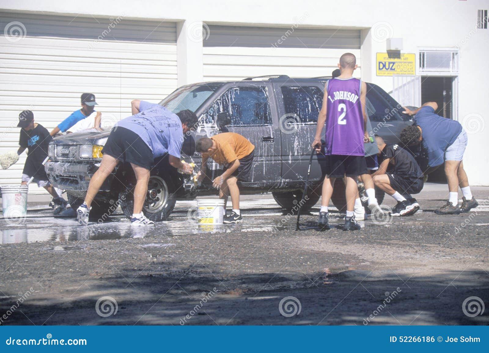 Studenti che lavano le automobili per una raccolta fondi della scuola, nanometro