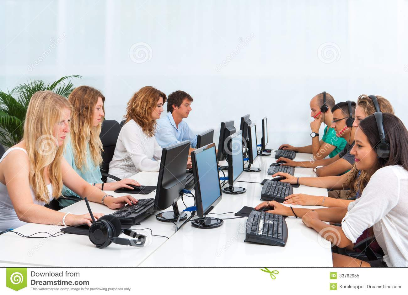 Studenti che lavorano ai computer.