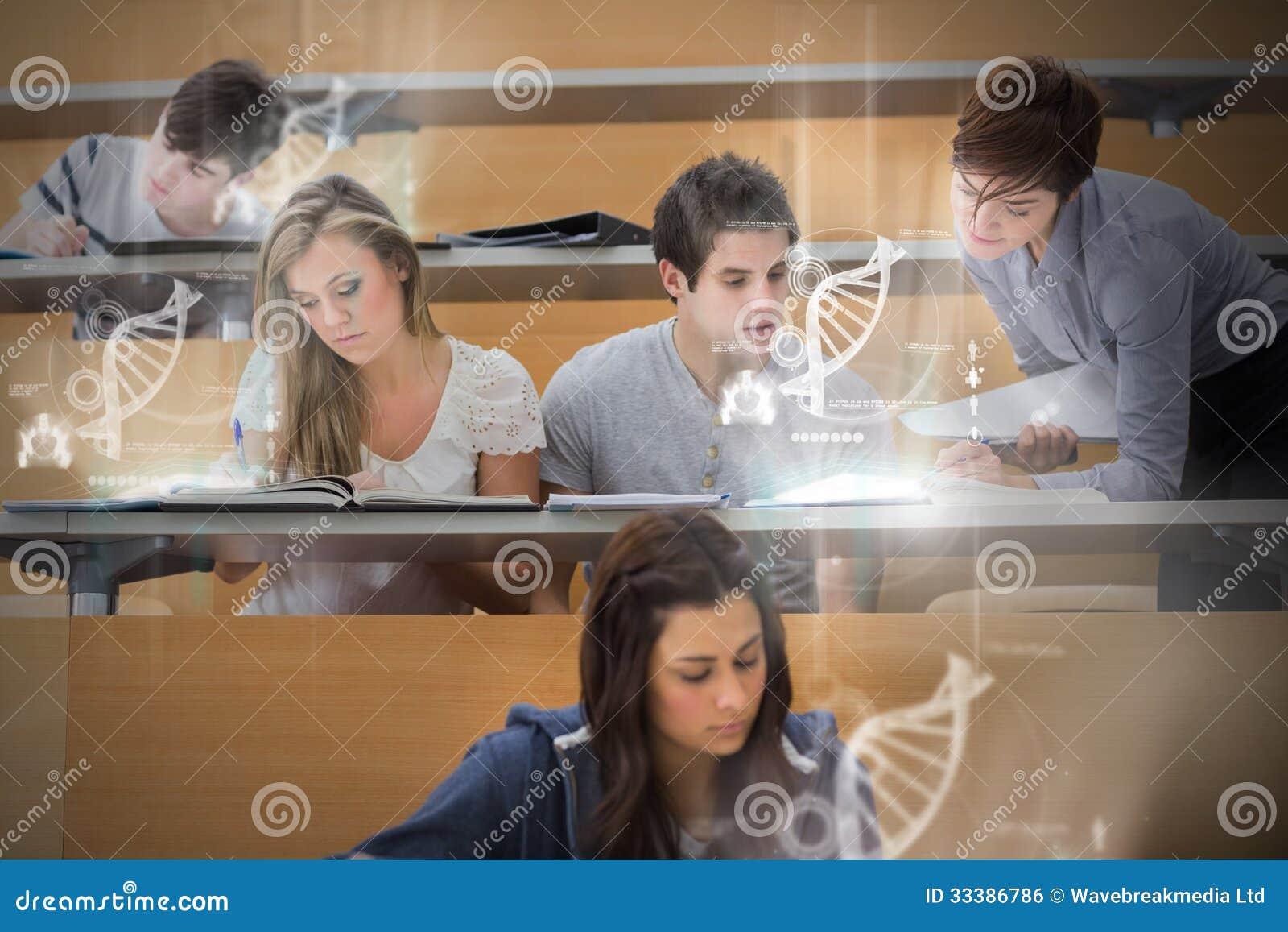 Studenti che usando interfaccia futuristica per imparare circa scienza da