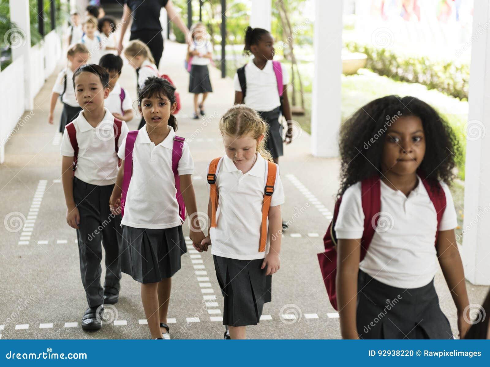 Studenti di asilo che camminano insieme a scuola