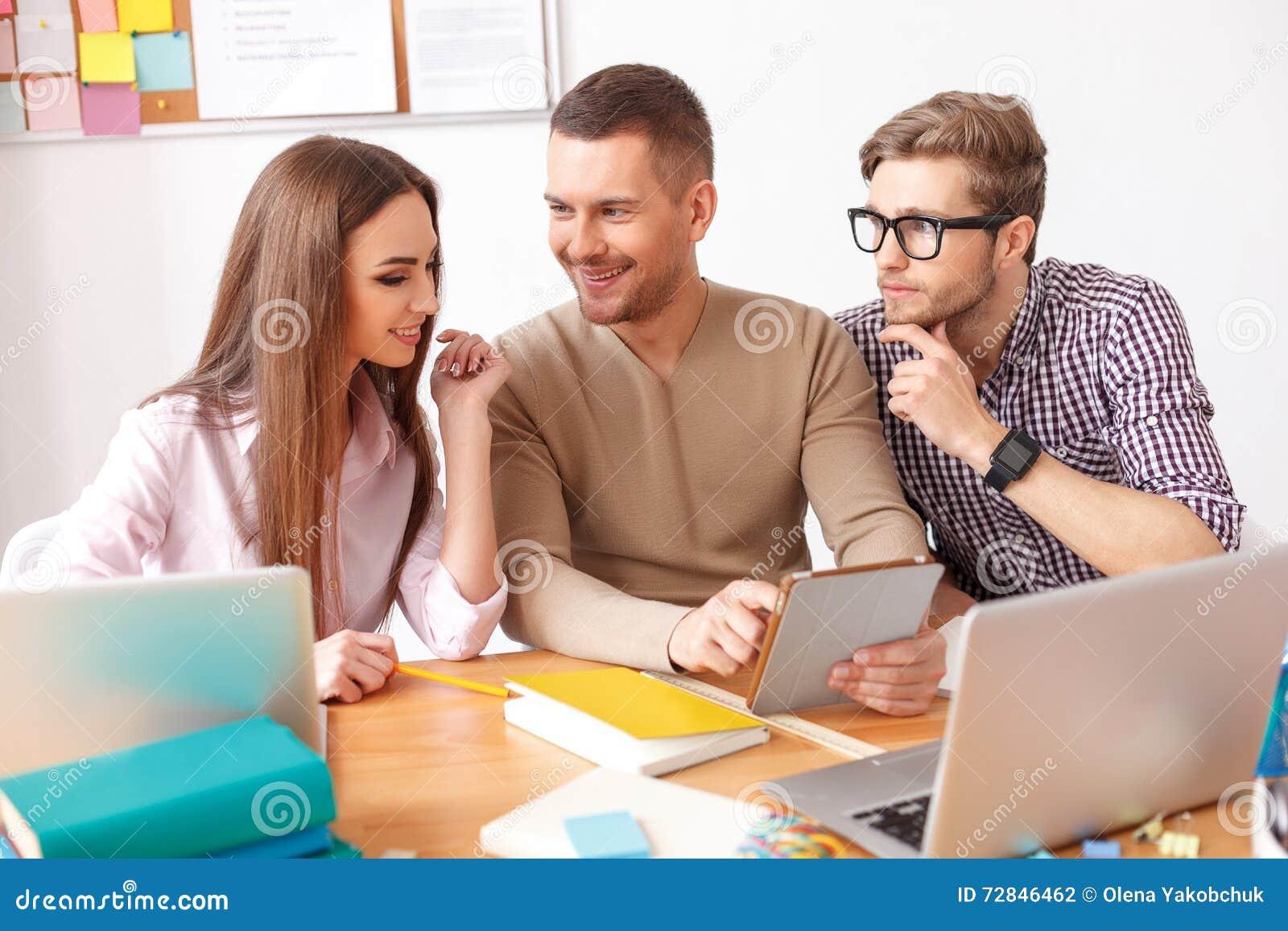 Studenti di college che studiano insieme a casa