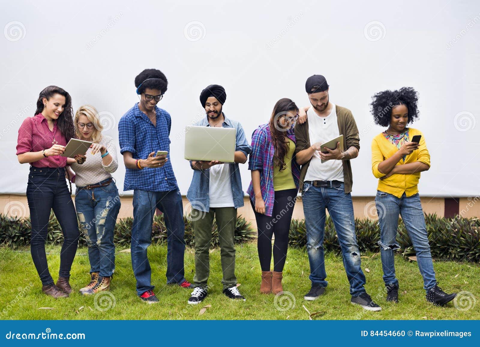 Studenti di college che usando concetto dei dispositivi di Digital