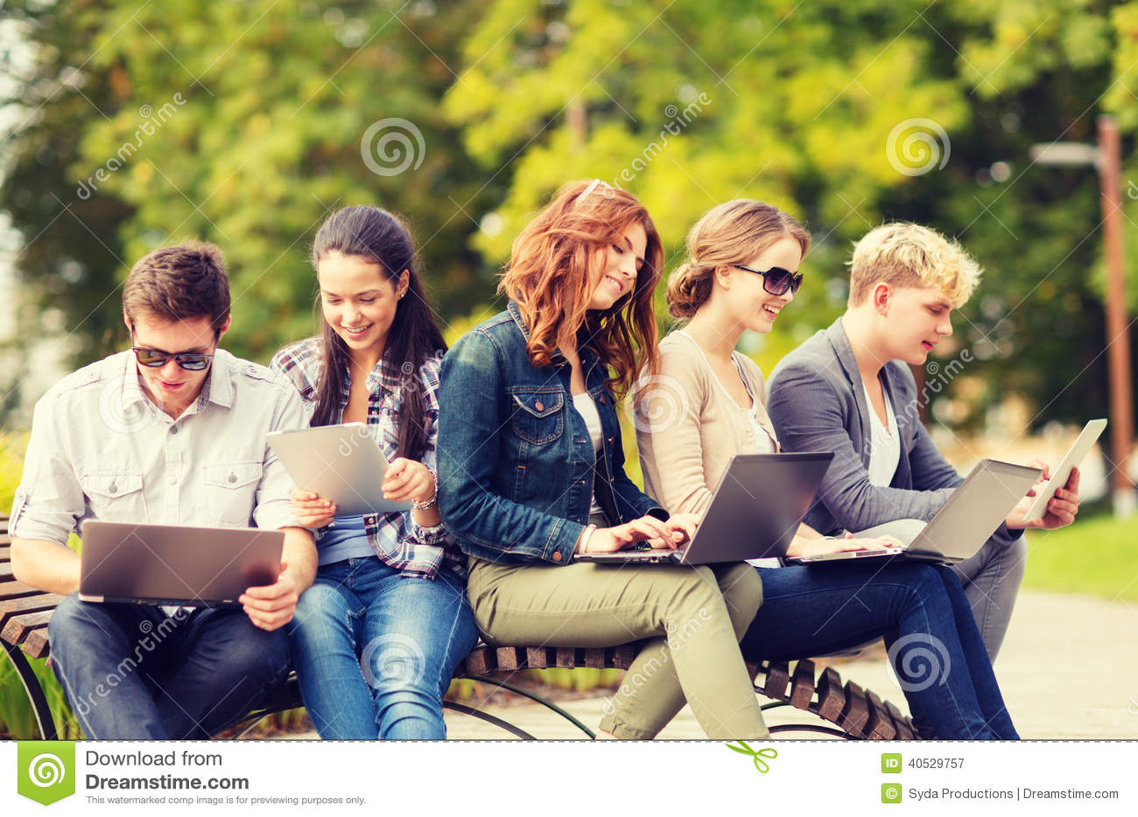 Studenti o adolescenti con i computer portatili