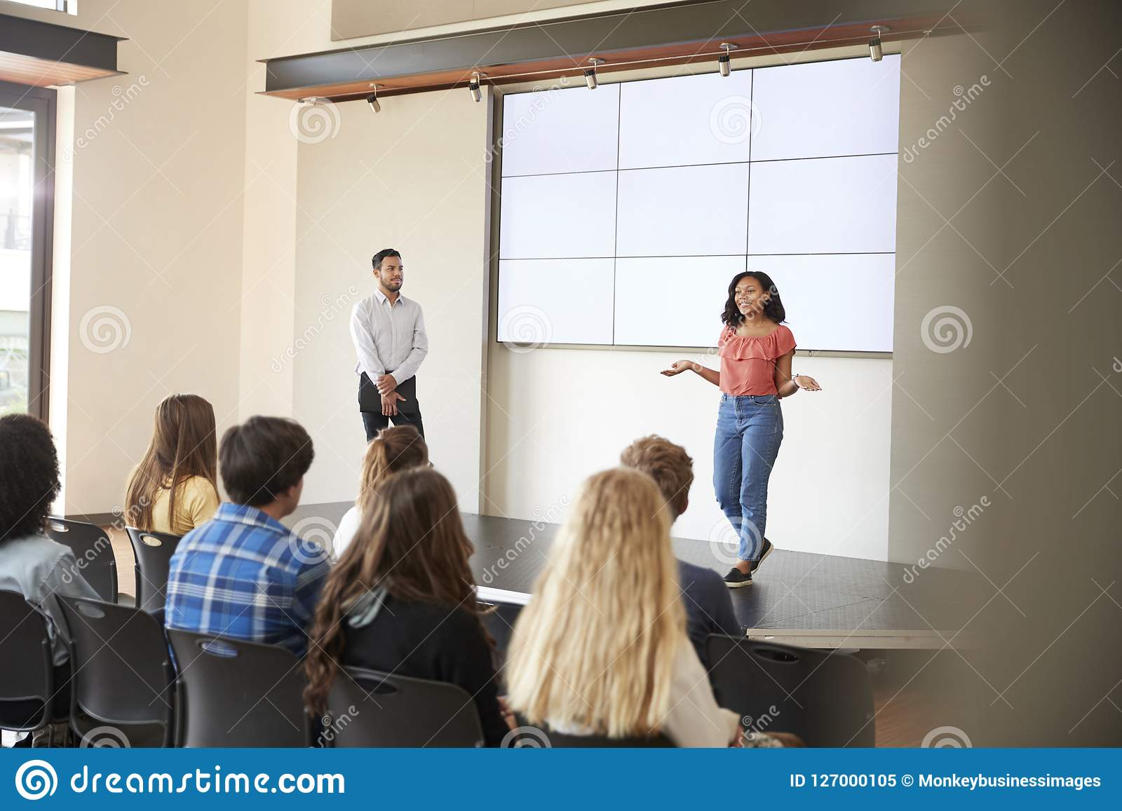 Studentin-Giving Presentation To-High-School-Klasse in Front Of Screen