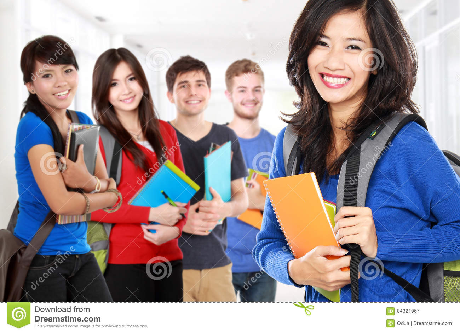 Studentin und Freunde, die zur Kamera lächeln