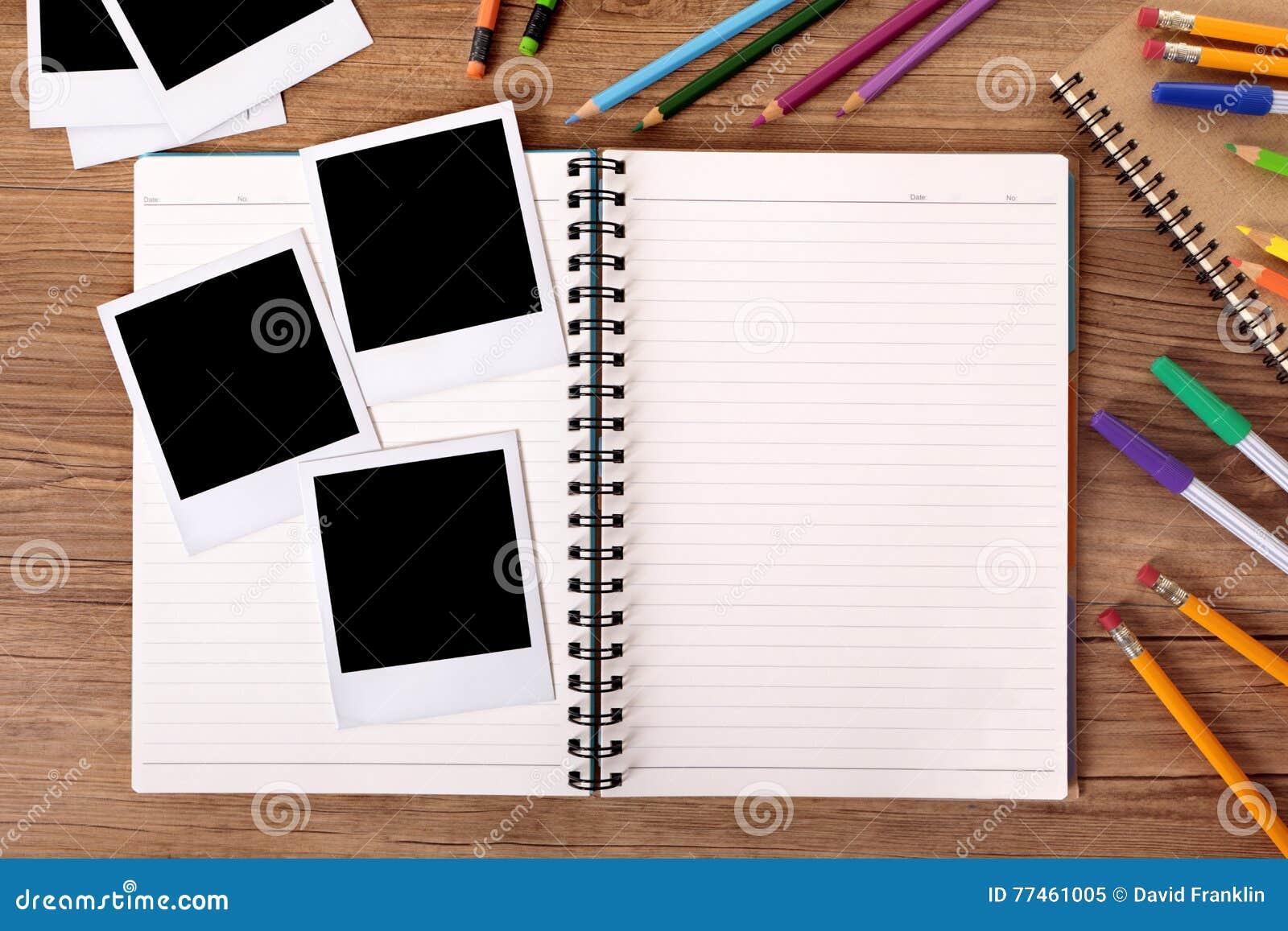 Studentschreibtisch Mit Leerem Fotoalbum Und Einiges Polaroidrahmen ...