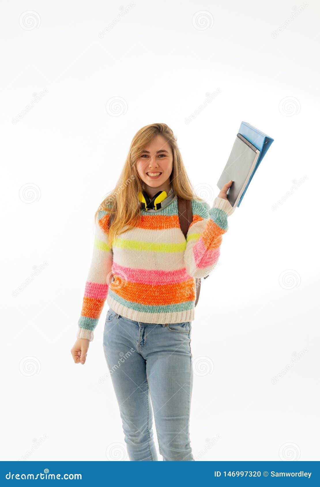 Studenttonåringflicka med ryggsäcken som är lycklig med universitetsområdelivsstil eller att lära nya språk eller studier