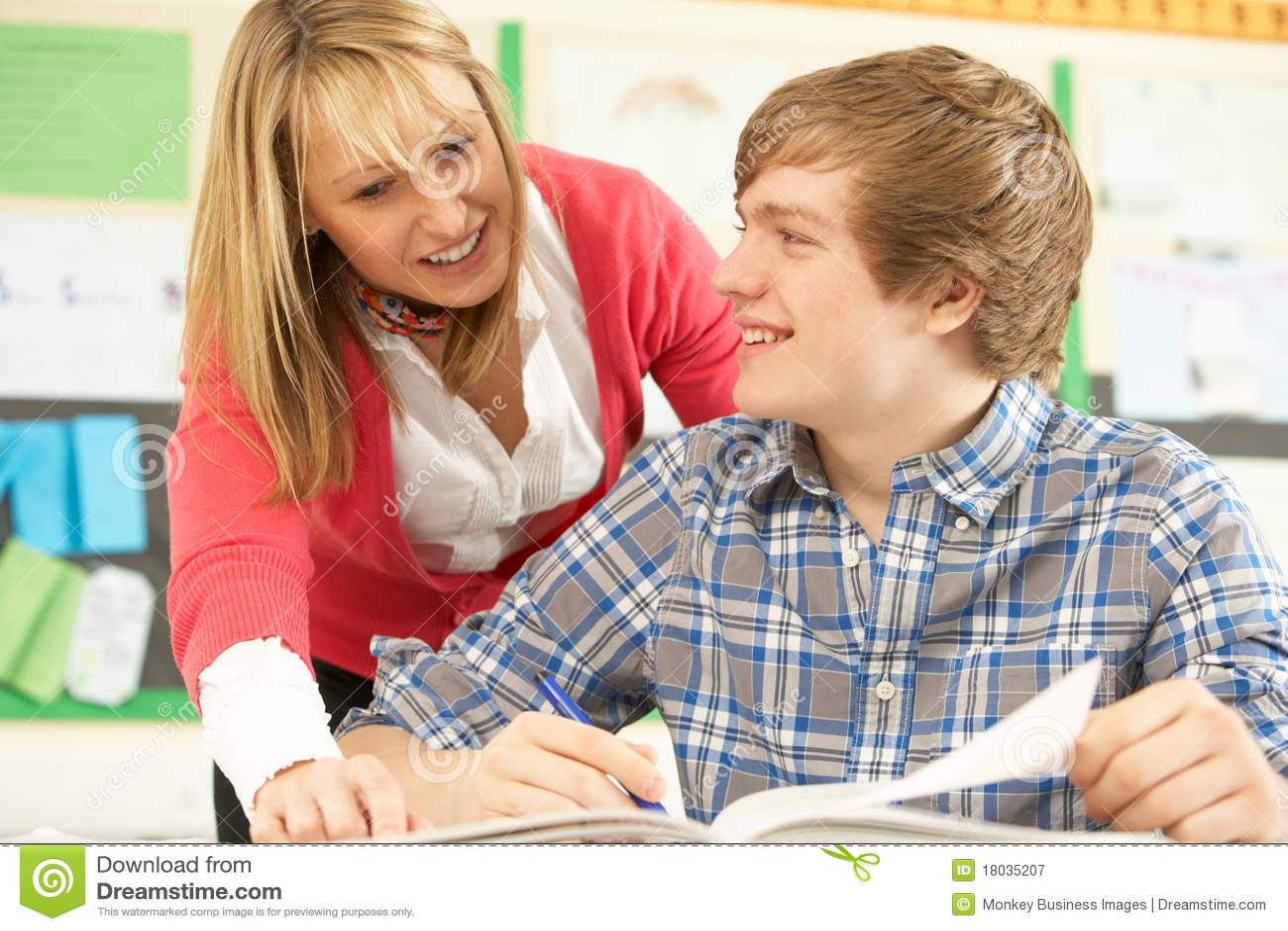 Studera för male deltagare för klassrum som är tonårs-