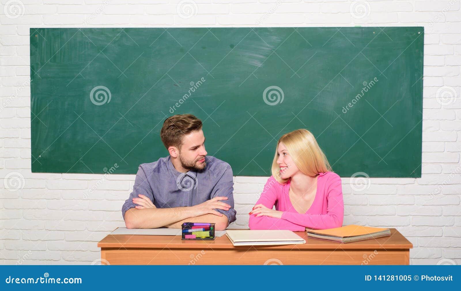 Studera i högskola eller universitet Applicera för fritt program Koppla ihop vänstudenter som studerar universitetet enjoying