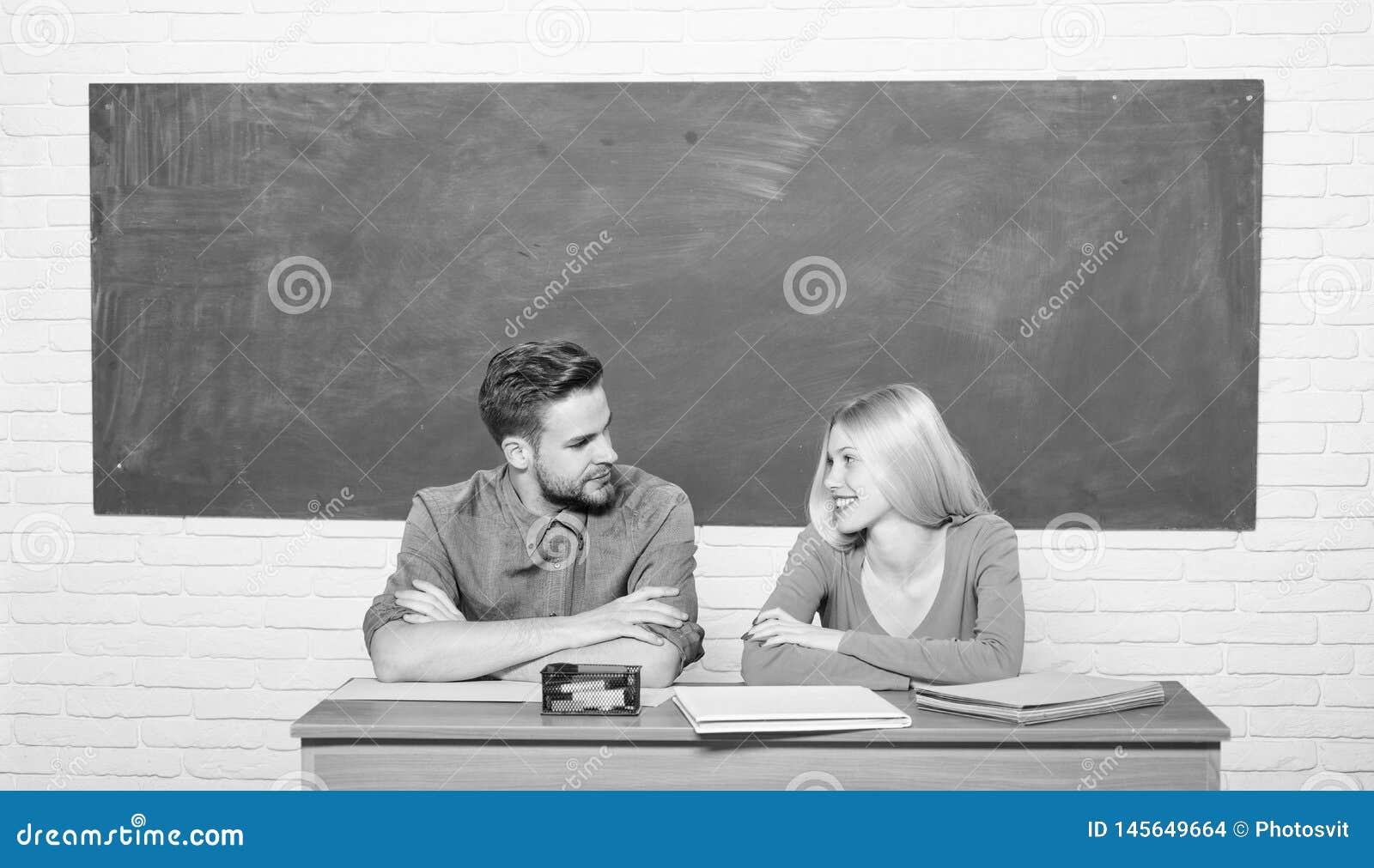 Studera i h?gskola eller universitet Applicera f?r fritt program Koppla ihop v?nstudenter som studerar universitetet enjoying