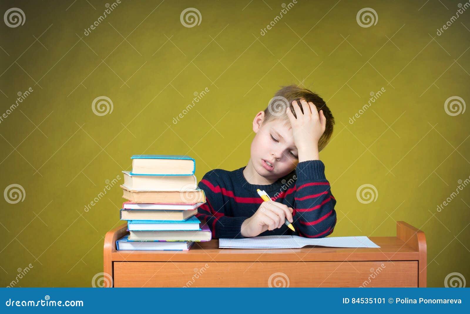 Studi della scuola di formazione alla perforazione lavoro Scrittura stanca del ragazzino Educa