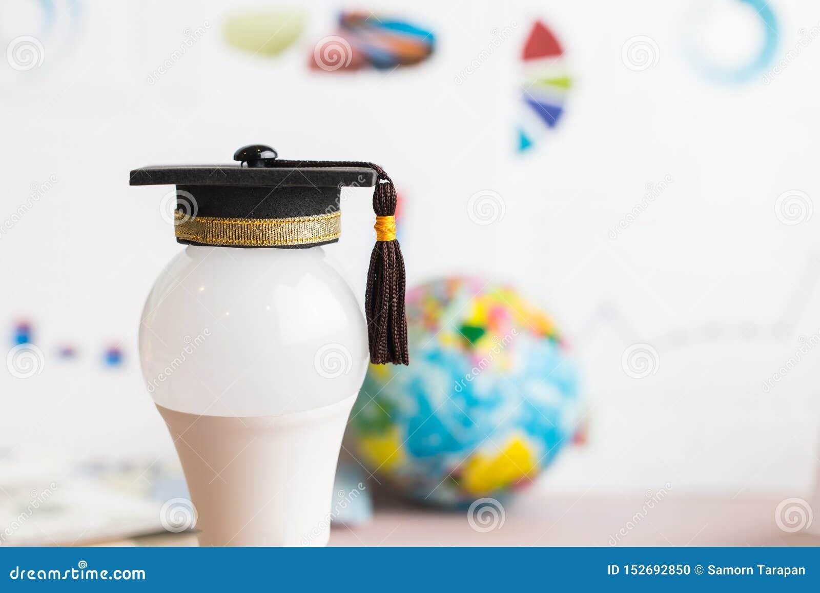 Studia doktoranckie lub wiedza edukacyjna to pojęcie władzy: Nakładać nasadkę na żarówkę i tło wykresu Koncepcja