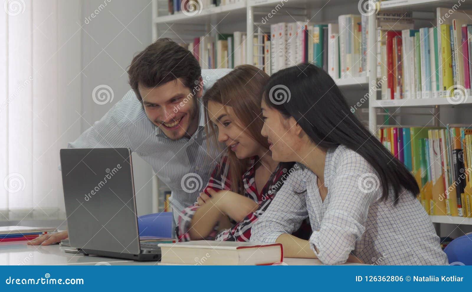 Studie för två flicka på bärbara datorn på arkivet