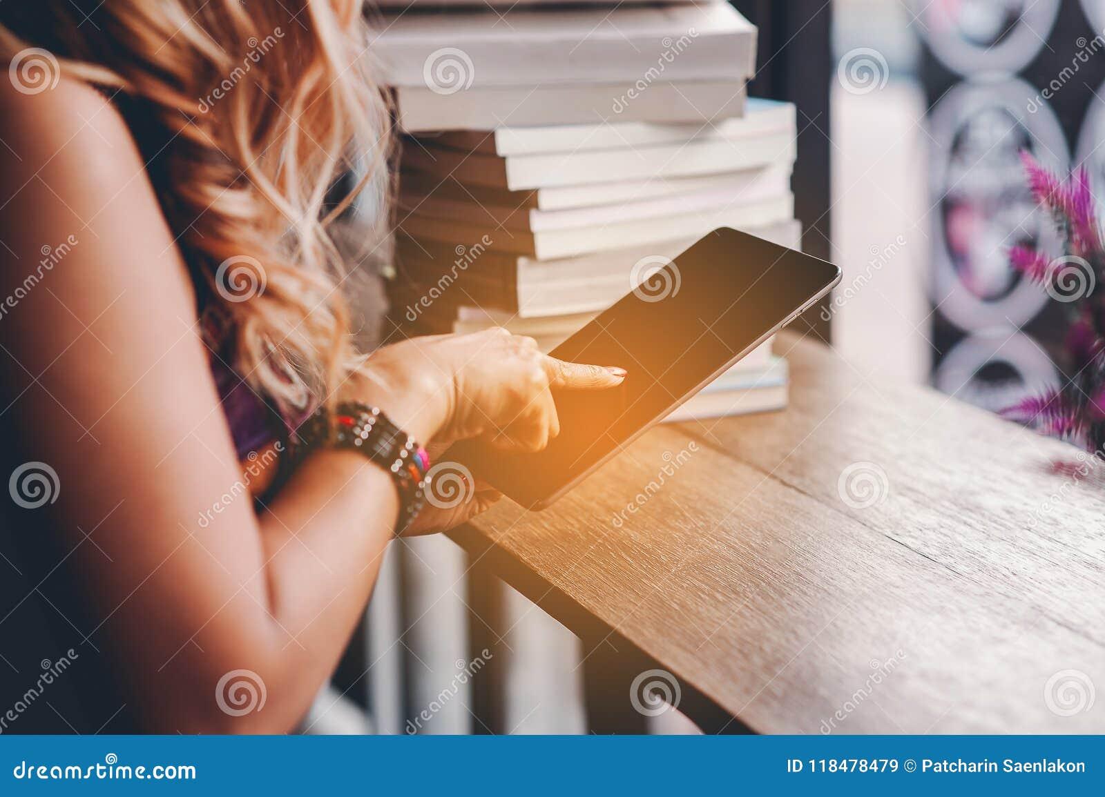 Studien för kunskap läste böcker i arkivet