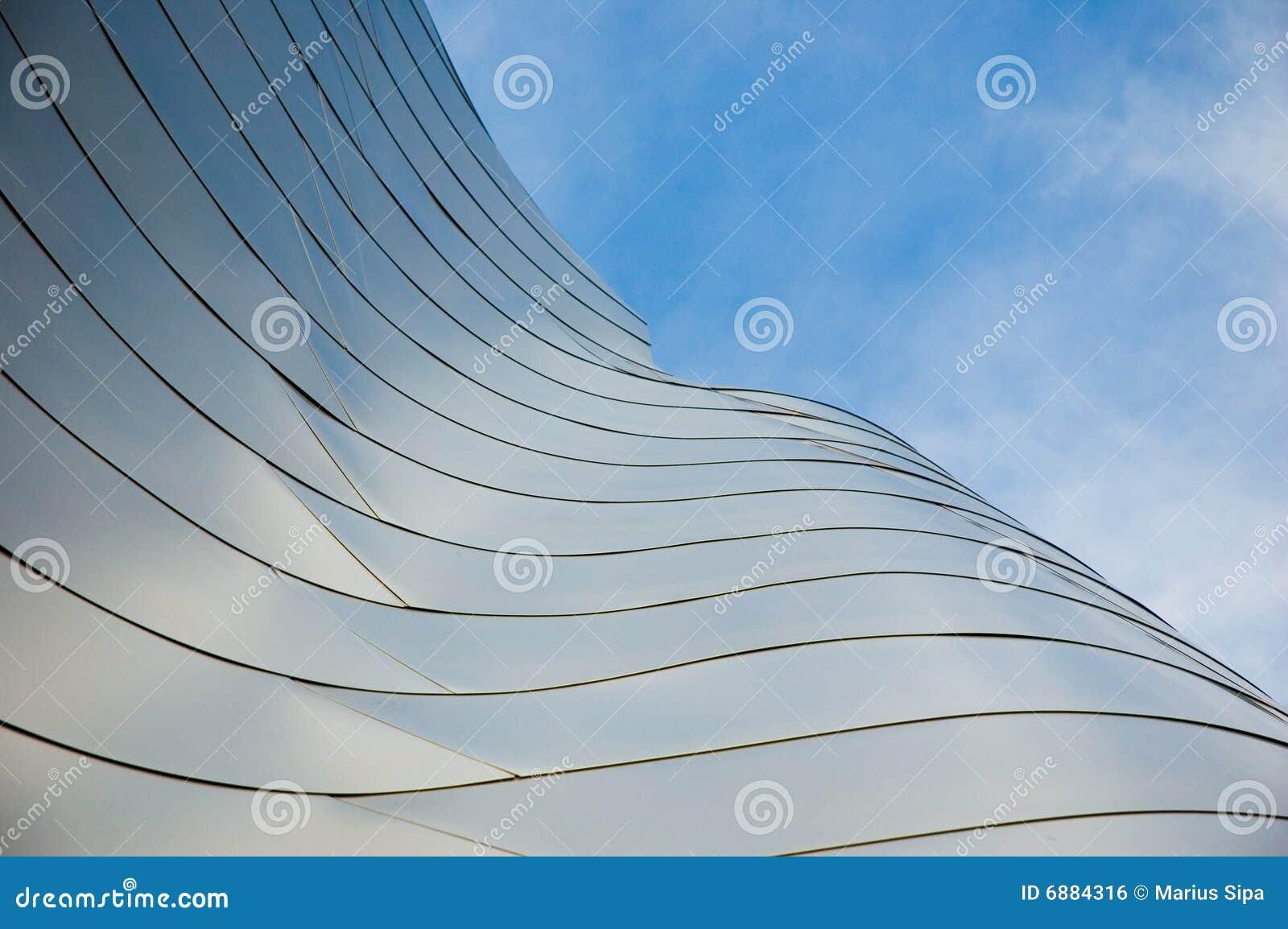 Le foto astratte di costruzione traversa con cielo blu e le nubi