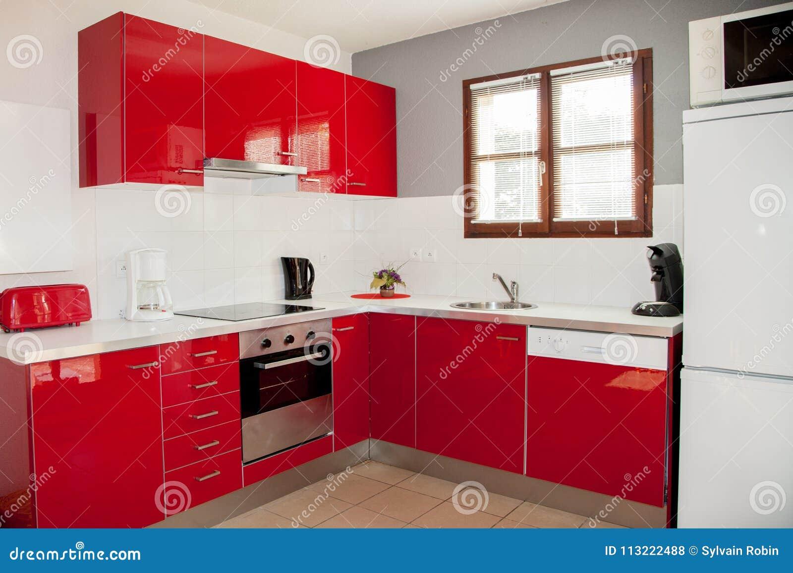Evier De Cuisine Rouge.Studio Contenant La Petite Cuisine Rouge Avec Un Evier Et