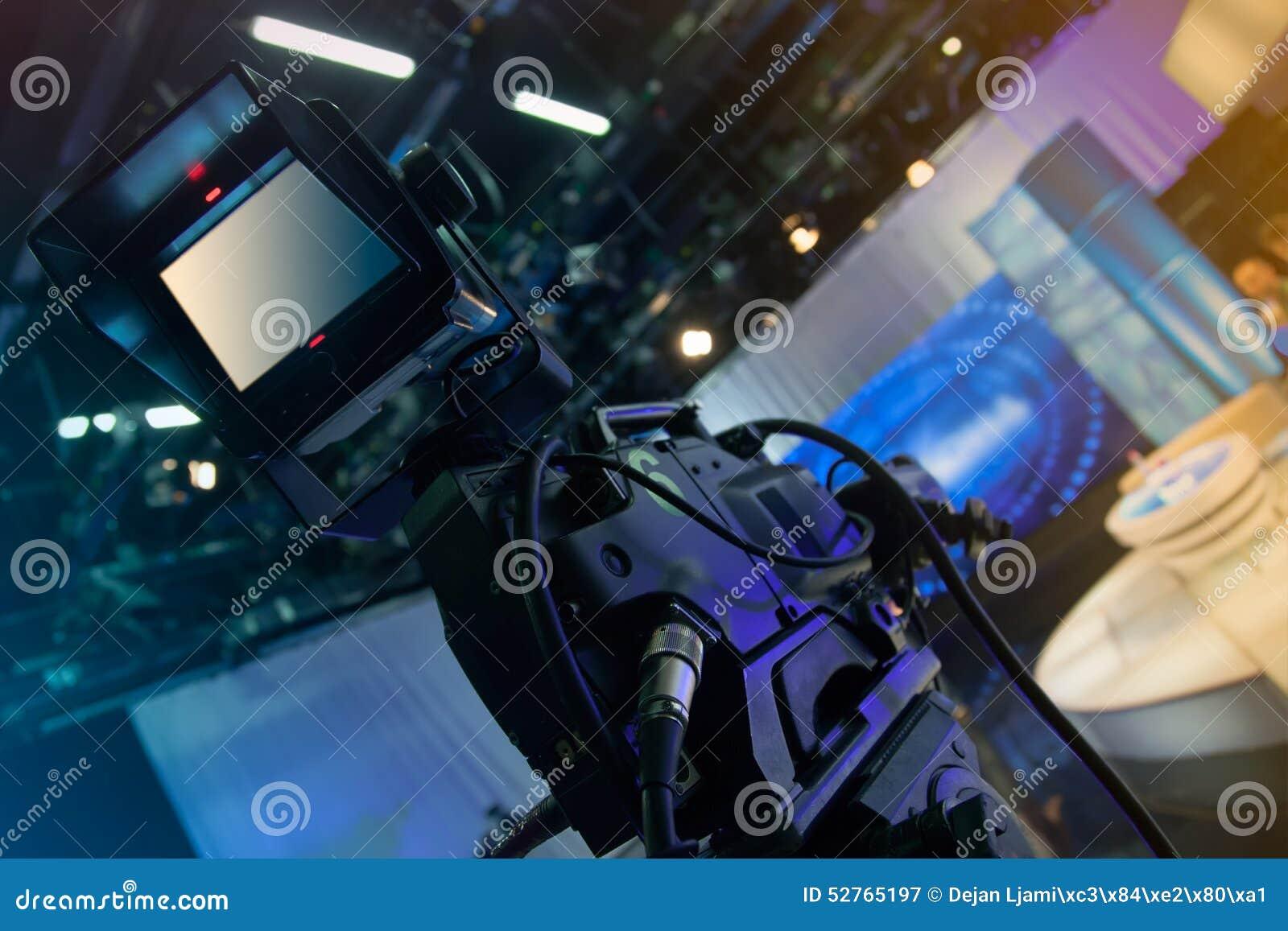 Studio de télévision avec l appareil-photo et les lumières - émission de TV d enregistrement