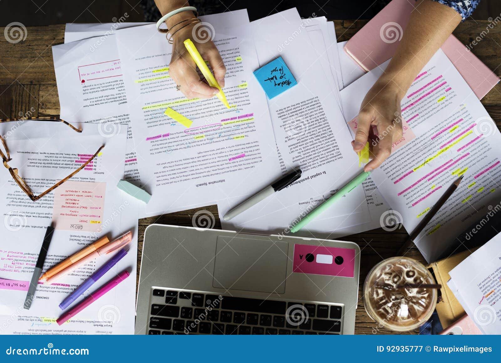 Studio della gente dell istituto universitario che impara le note di conferenza della lettura