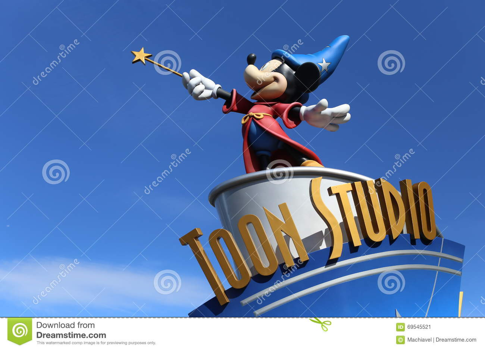 Studio di Disney in Disneyland Parigi, con una statua di Mickey come stregone