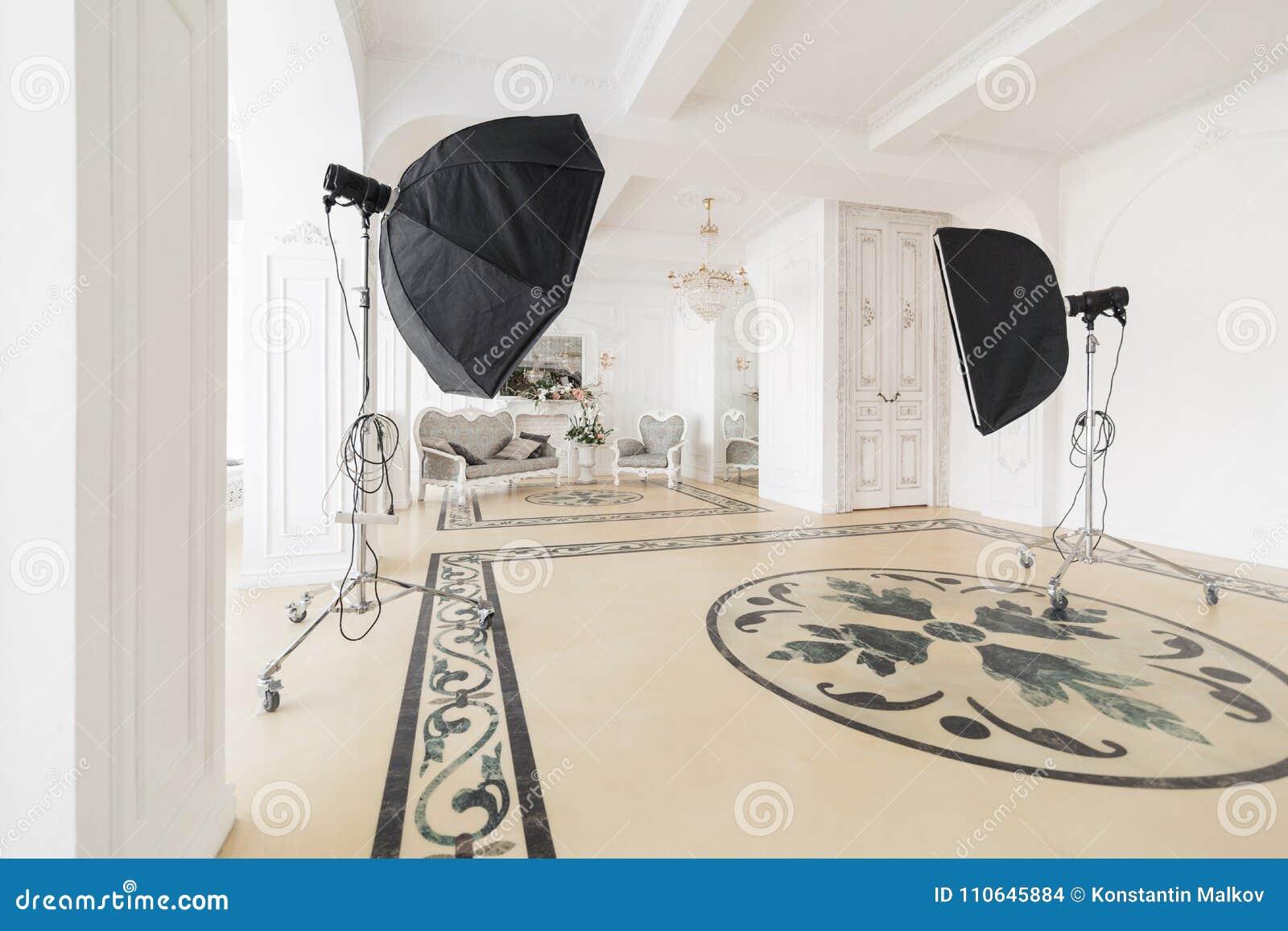 Studio fotografico con materiale di illuminazione moderno interno