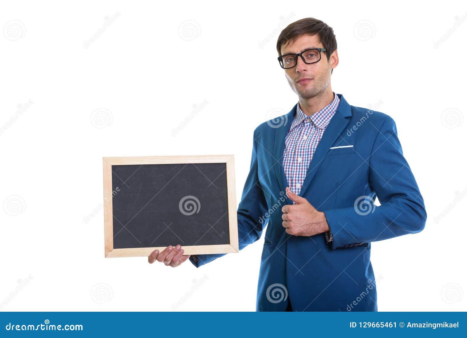 Studio sparato di giovane uomo d affari bello che tiene blackboa in bianco