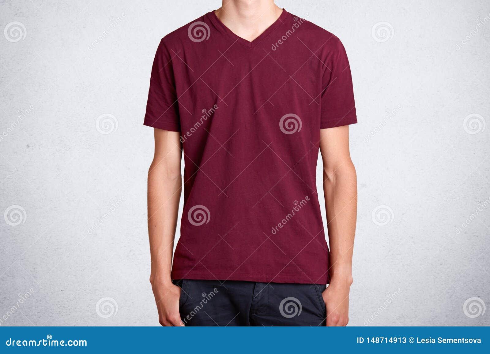 Studio strzela? przypadkowy zmrok - czerwona t koszula, przedstawia nad bia?ym t?em Bawe?niana rzecz ubrania b?d?cy ubranym na ni