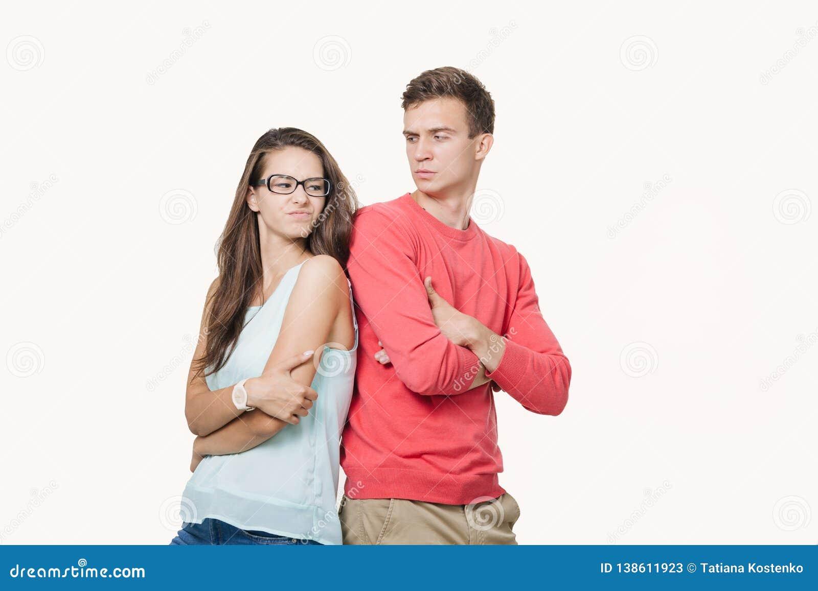 Studio van ontevreden paar wordt geschoten die vrijetijdskleding status dragen rijtjes fronsend hun gezichten dat Onenigheid in