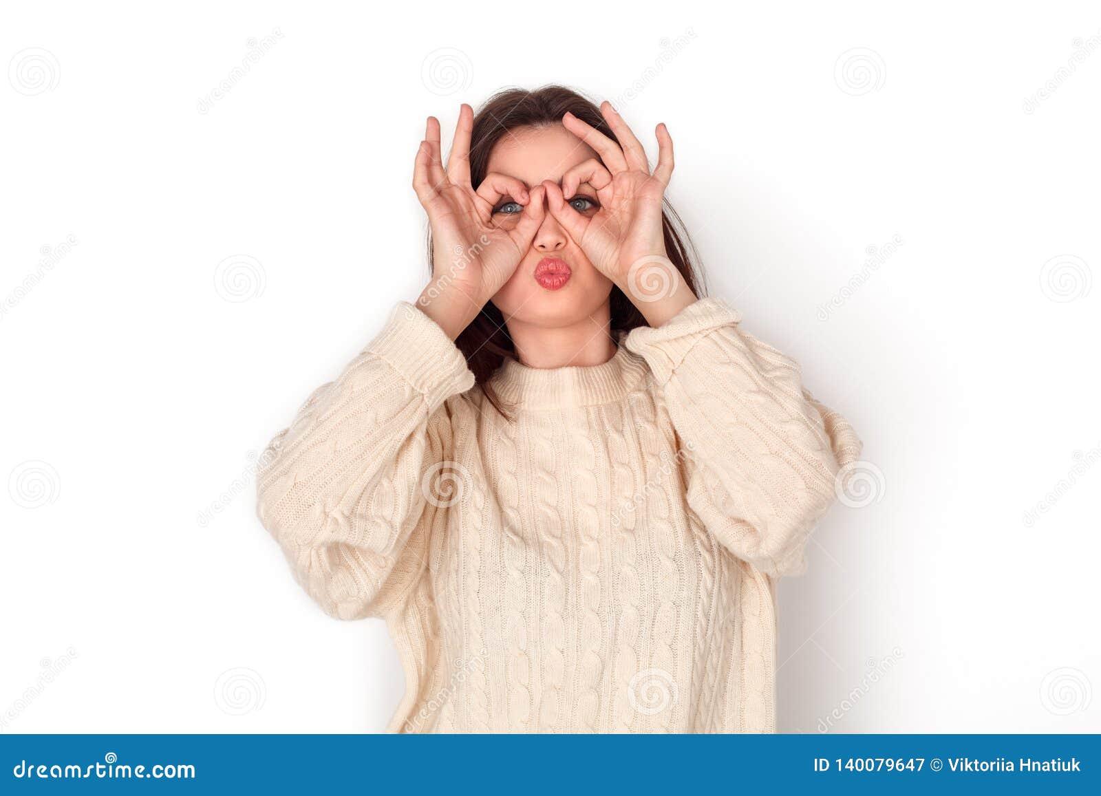 Studioanseendet för den unga kvinnan som isoleras på vit danande, fejkar gladlynt grimacing för glasögon
