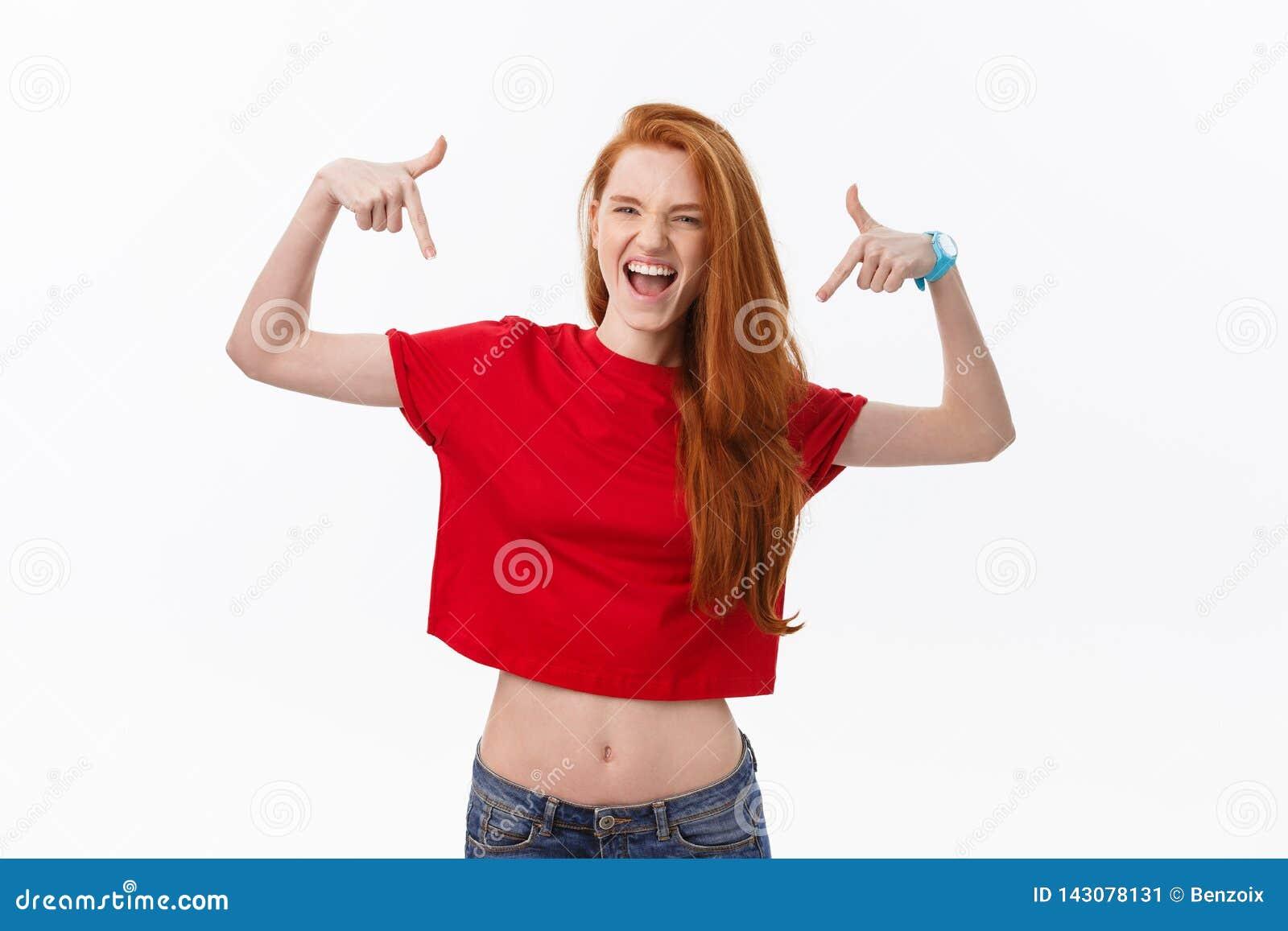 Studiobild der netten Frau spielend mit dem Haar, das, werfend über weißem Hintergrund lächelt und lacht auf