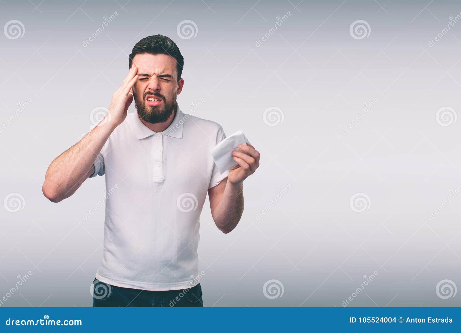 Studiobild från en ung man med näsduken Den isolerade sjuka grabben har den rinnande näsan mannen gör en bot för allmänningen