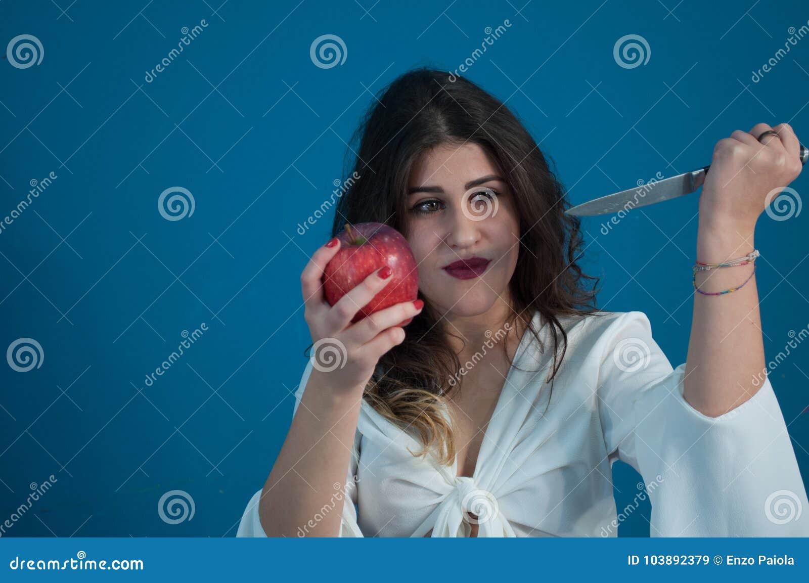 Studiofoto met leuke meisje en appel