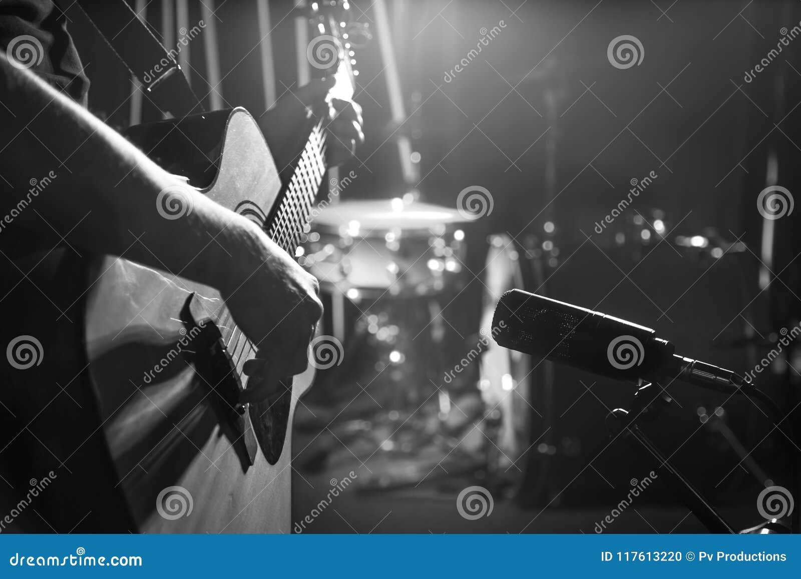 Studiomikrofonen antecknar en närbild för akustisk gitarr _