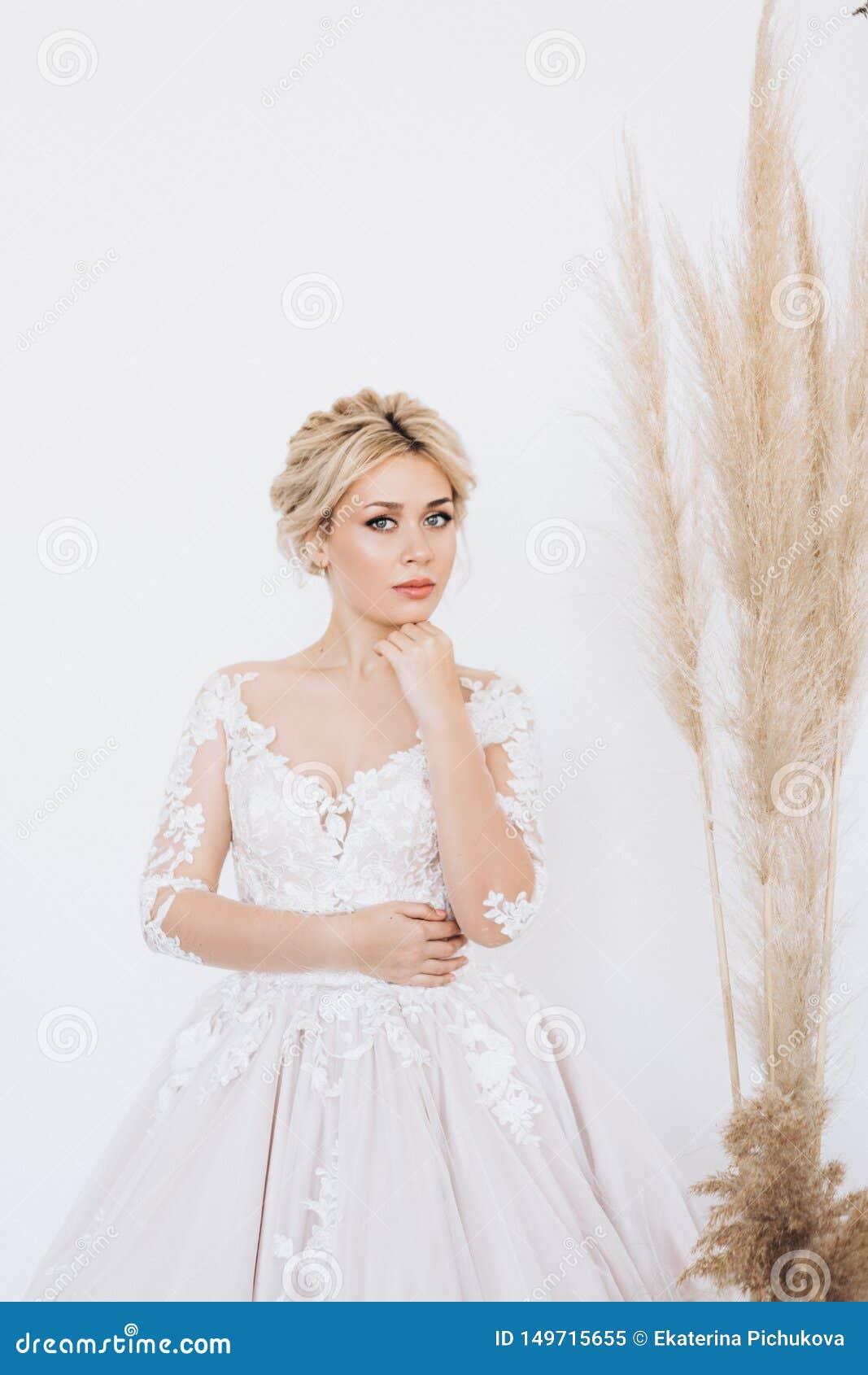 Studioportret van een jong meisje van de bruid met professionele huwelijksmake-up