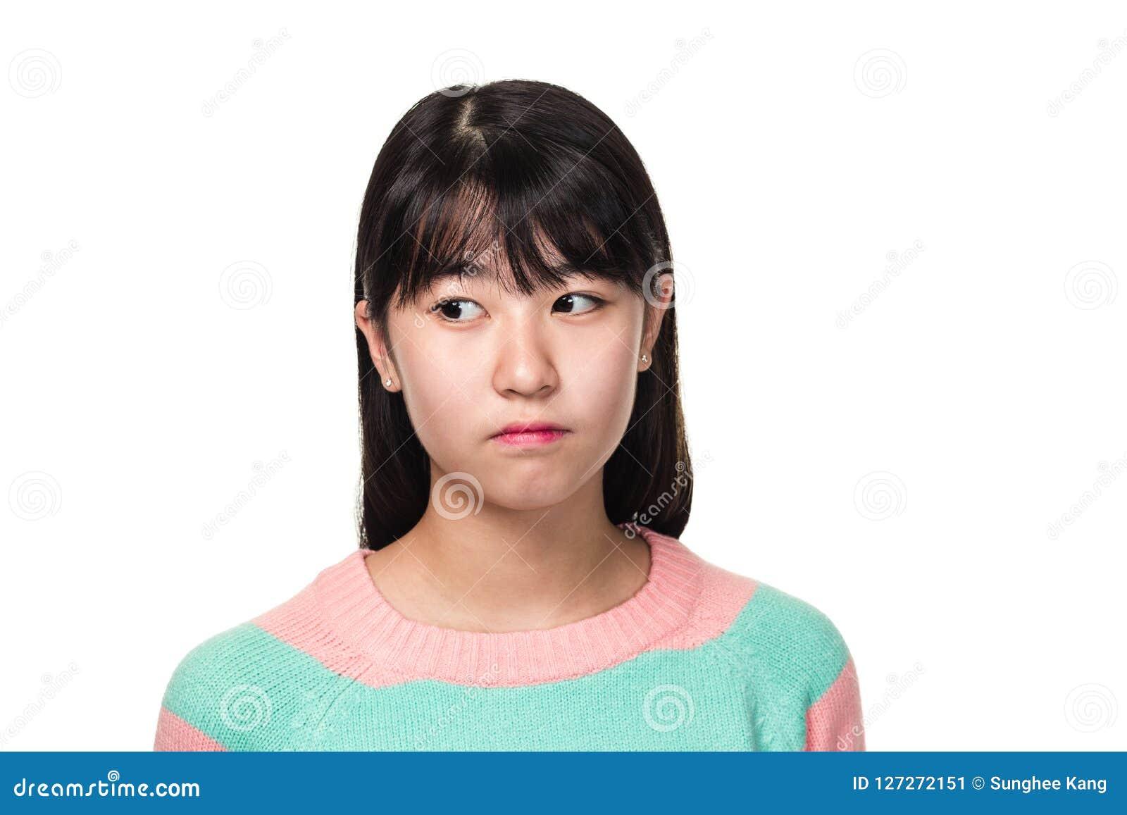 Studioportret van een tiener Aziatische vrouw die van het Oosten zijdelings kijken