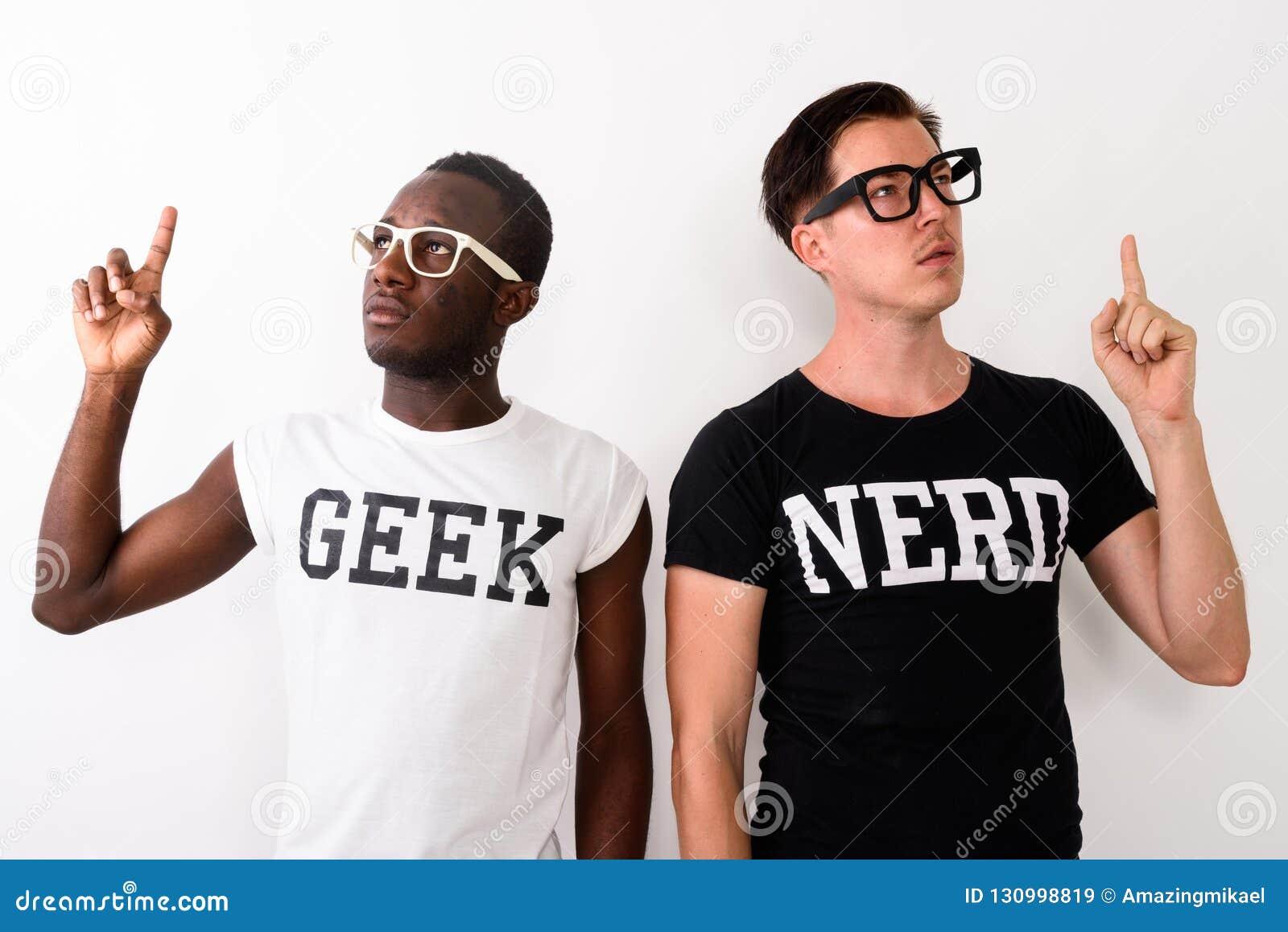 Studioskott av den unga svarta afrikanska Geekmannen med europeisk Nerd M