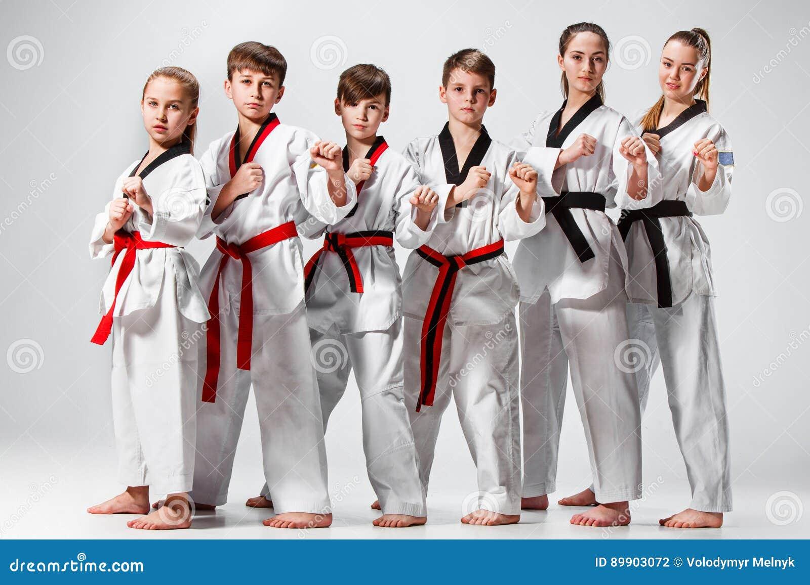 Studioskottet av gruppen av ungar som utbildar karatekampsporter