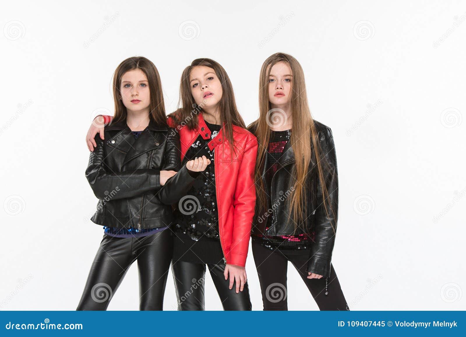 Studiostående av unga attraktiva caucasian tonåriga flickor som poserar på studion